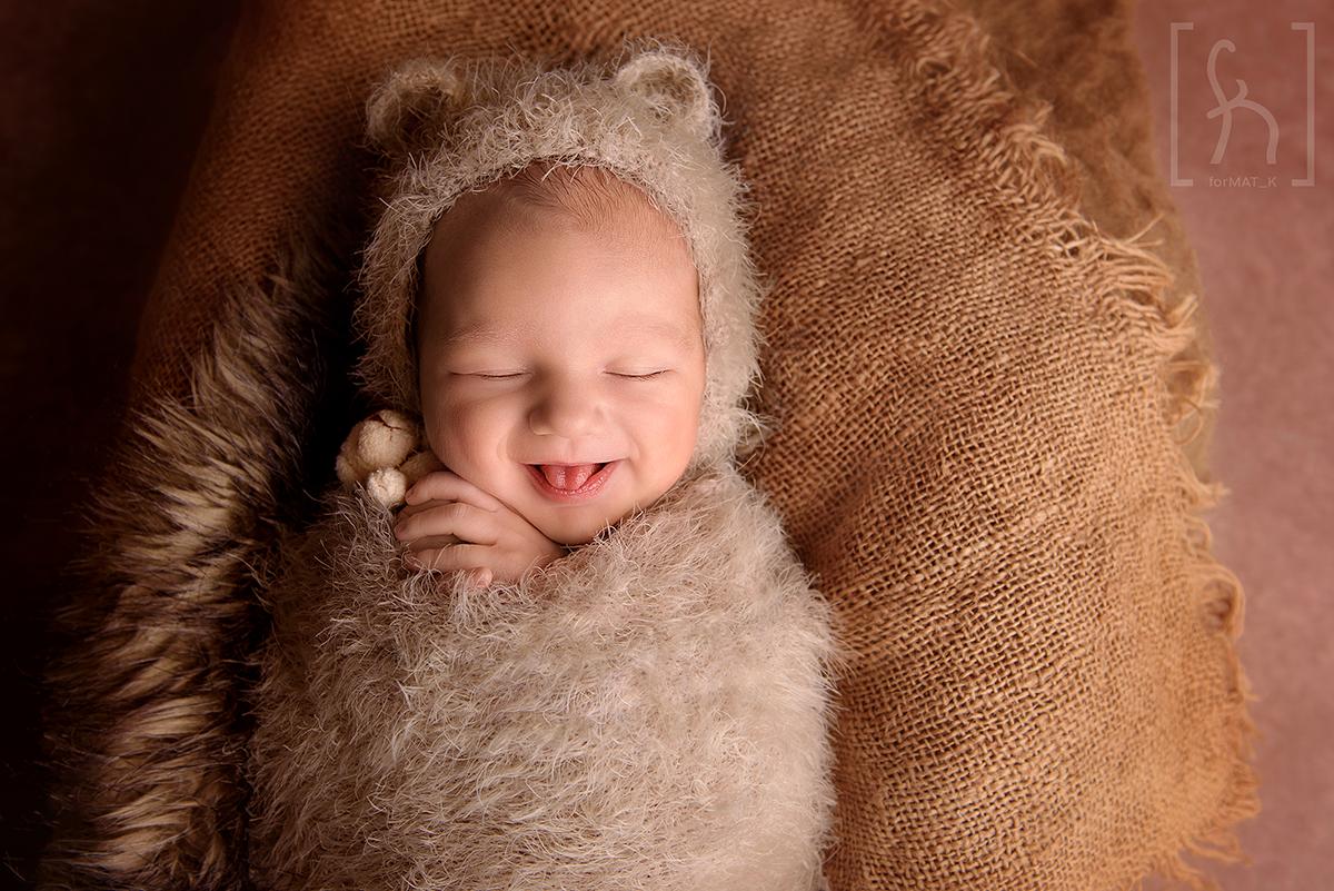 sesja-noworodkowa-uśmiech-dziecka