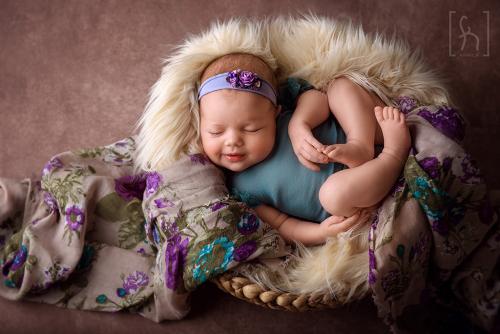 dziewczynka-sesja w misie-fotografia dziecięca-noworodkowa
