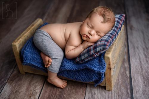 sesja-w-łóżeczku-noworodek-w-gadżetach-łódź
