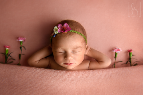 dziewczynka-portret-sesja noworodkowa-kwiaty-łódź