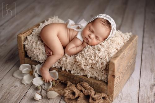 noworodek-dziewczynka-na-sesji-fotograf-Łódź