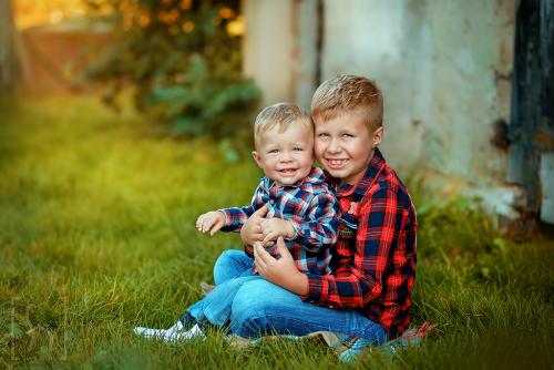 rodzeństwo na sesji-zdjęcia-fotograf-plener